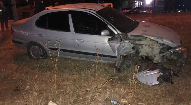 Lastiği patlayan araç aydınlatma direğine çarptı, 6 yaşındaki çocuk yaralandı