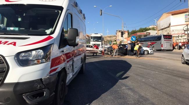 Otomobilin ambulansla çarpıştığı kazada faciadan dönüldü
